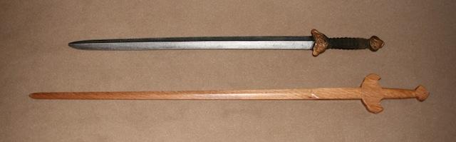 Abb_09_Holz_und LARP-Schwert