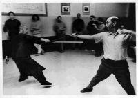 Prof. Cheng beim Schwertkampf in New York