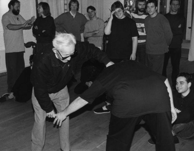 Tao zeigt einen Hebel bei einem Tai Chi Push Hands Workshop