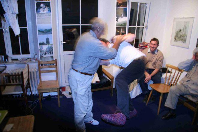 Ma Jiangbao pusht Martin Bödicker in seinem Wohnzimmer