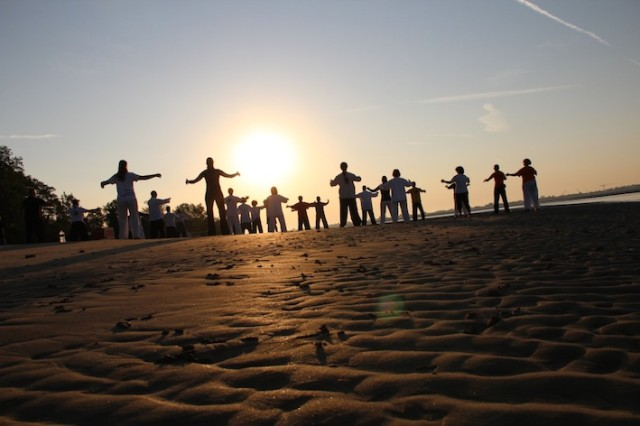 Qigong_zum_Sonnenaufgang_am_Strand_von_Sant_Erasmo