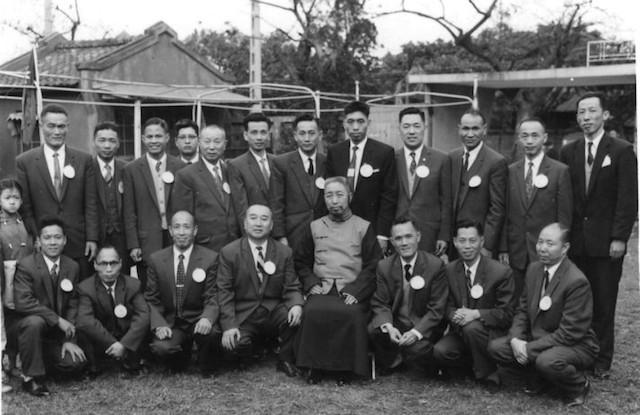 William C. C. Chen rechts hinter Cheng Man Ching zu sehen