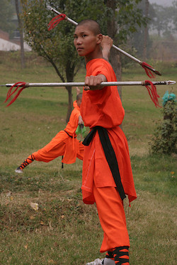 Shaolin Mönche beim Training mit chinesische Waffen